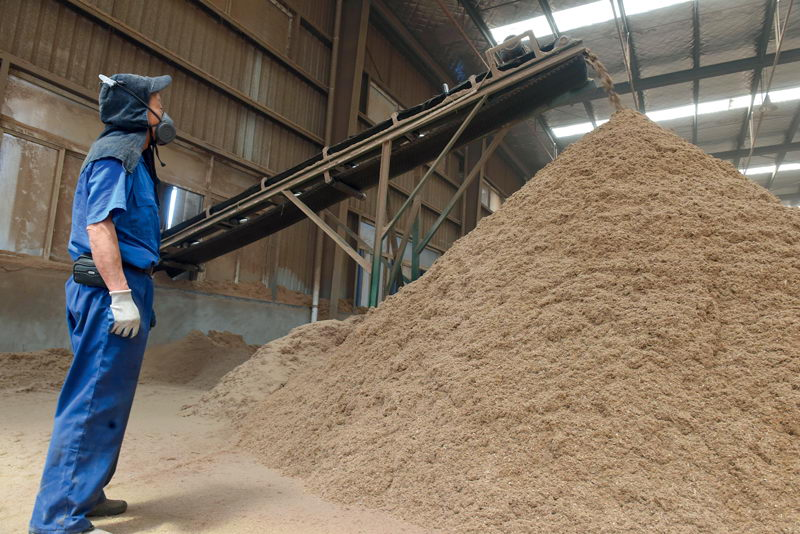 May 25, 2017: Anhui Tongling Wanjiang Biomass Energy Corporation transforms straw into solid biomass fuel. China already boasts the largest utilization of renewable energy globally. VCG