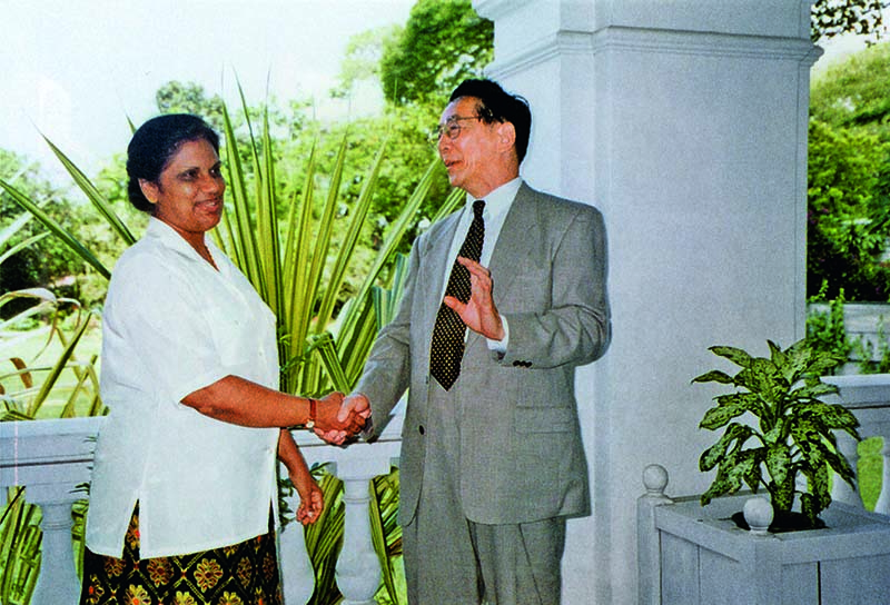 1996年9月8日 王嵎生与斯里兰卡总统库马拉通加在总统府会见